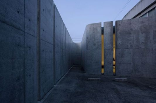 The slit house wall design