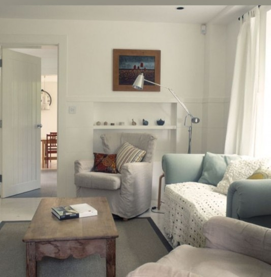 Traditional cottage minimalist interior limetree cottage for Cottage style family room