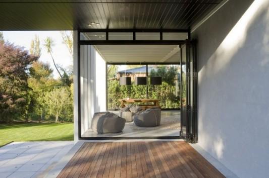 minimalist house in black and white deck design